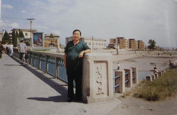 해주 광석천 위에 놓여진 광석교. 6·25 이후 한 재미교포가 방북해 광석교를 배경으로 포즈를 취하고 있다. 출처:해주시지