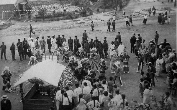 일본제국주의 감점기 일본군 보병75연대 부대원들이 회령에서 축제를 벌이는 모습. 규암 김약연 선생 증손자 김재홍씨 제공